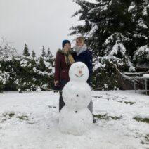 2021_01_03 Winterfitness - Meggy und Cornel beim Schneeemanbau in Hohenbocka